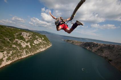 Скачане с бънджи- екстремен спорт в България - спортни раници акварел