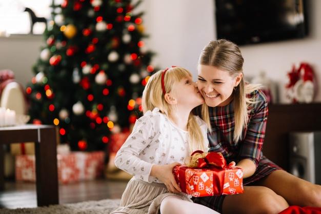 Коледна подготовка за празниците. Коледни детски играчки за всяко дете. Символика на елхата и венеца.